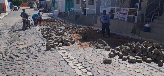 Reparo no calçamento das ruas do município, danificado pelas recentes chuvas