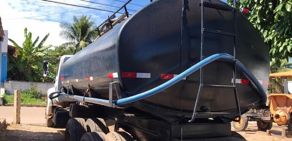 A Prefeitura realiza a reforma no tanque do caminhão pipa de nosso município.