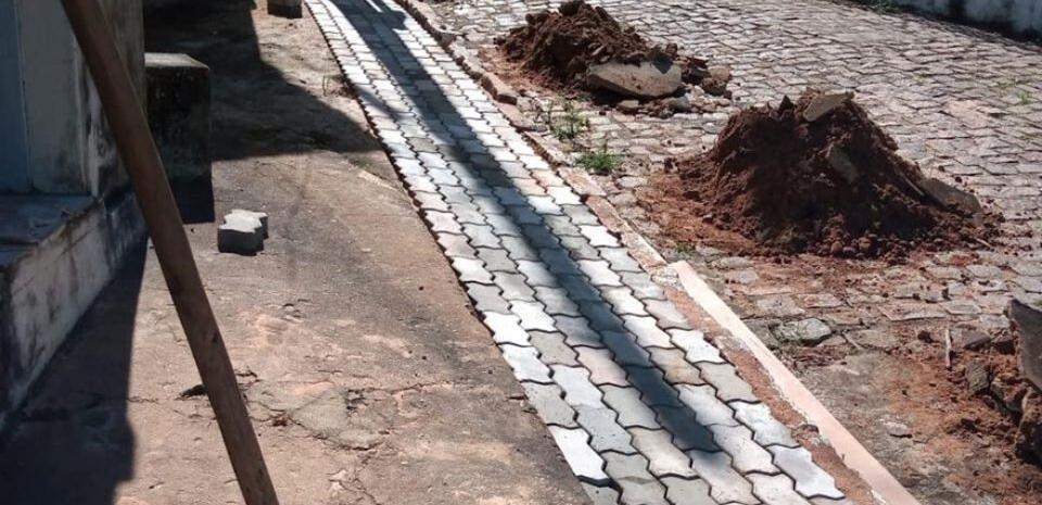 Prefeitura faz construção de  calçada na lateral da praça 05 de abril.
